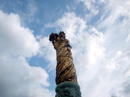 Monumento en el hermoso valle de Eger dama