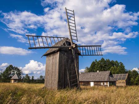 El viejo pueblo con molino de viento, Bialowieza Polonia Foto de archivo