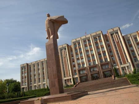 Monumento de Lenin y el ayuntamiento de Tiraspol, Transnistria Foto de archivo