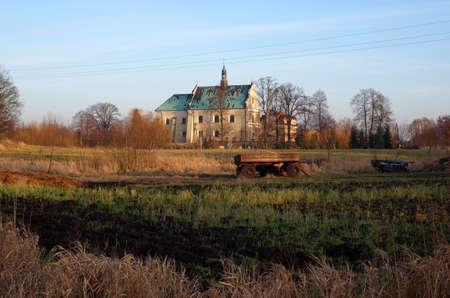 Paisaje agr�cola con el viejo monasterio en Lutomiersk