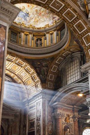 cath�drale: St Peters, Rome, int�rieur avec des arbres de lumi�re passant � travers la fen�tre, hdr
