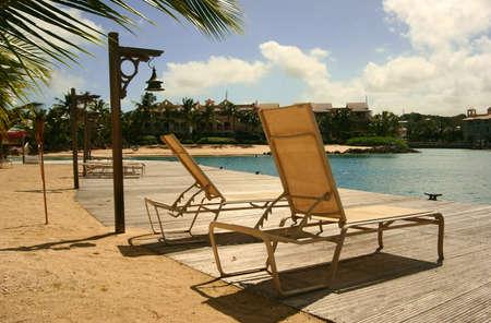 st charles: sedie a sdraio a Port St Charles, Barbados Archivio Fotografico