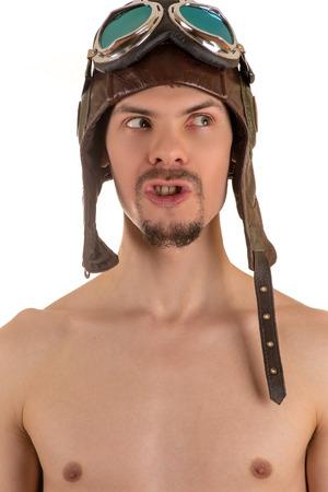 pezones: retrato de la del hombre con el torso desnudo en el casco de vuelo y los anteojos que vuelan mirando a otro lado con la boca abierta
