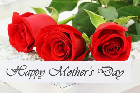 带着三朵红玫瑰的母亲节快乐卡片