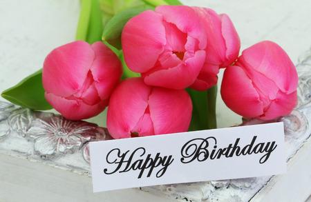 flores de cumpleaños: Tarjeta del feliz cumpleaños con los tulipanes rosados