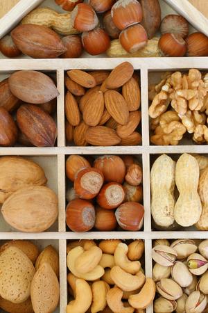 Abteile: Auswahl von N�ssen und Mandeln in Holzf�cher