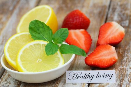 Gesundes Wohnen Karte mit Zitrone und Erdbeeren