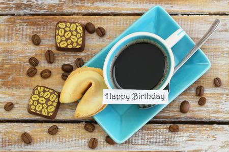 cafe bombon: Tarjeta del feliz cumplea�os con la taza de caf�, galleta de la fortuna y chocolates Foto de archivo