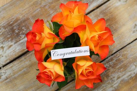 rosas naranjas: Tarjeta de la enhorabuena con el ramo de rosas de color naranja Foto de archivo