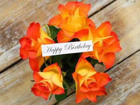 rosas naranjas: Tarjeta del feliz cumpleaños con rosas de color naranja