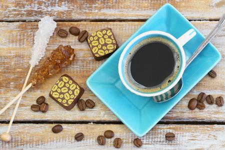 cafe bombon: Copa de palos y bombones de azúcar en el café negro