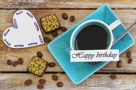 cafe bombon: Tarjeta de cumpleaños feliz con la taza de café, chocolates y corazón blanco