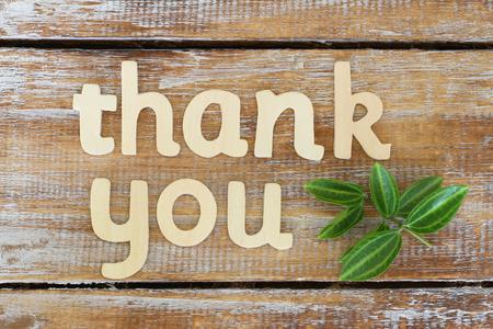 Dank u met houten letters op rustieke houten schriftelijke