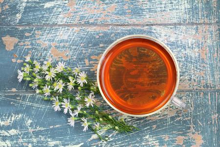marguerite: Th� et de camomille fleurs fra�ches sur bois rustique avec copie espace Banque d'images
