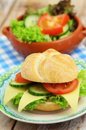ensalada tomate: Rollo de queso con lechuga, tomate y pepino y ensalada verde o tazón