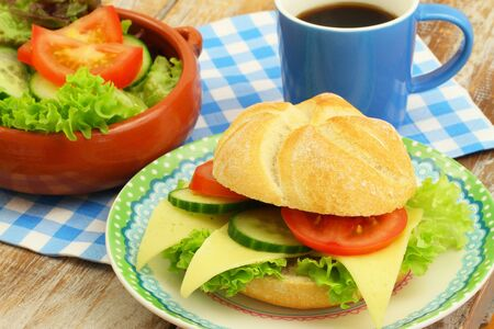 salade verte: Breakfast Consisting of cheese roll, green salad and black coffee Banque d'images