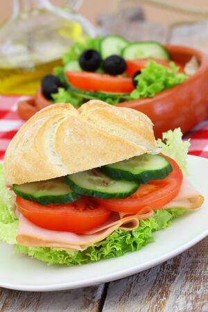 almuerzo: Almuerzo saludable consta de rollo de jam�n y ensalada verde Foto de archivo