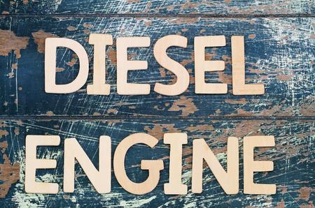 Dieselmotor geschreven met houten letters op rustieke oppervlak Stockfoto