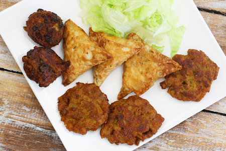 Výběr z indických občerstvení skládající se z pakoras, cibule Bhaji a samosas Reklamní fotografie