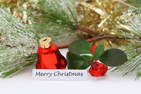 Frohe Weihnachten mit roten Glocken und goldenen Kette Standard-Bild - 91689089