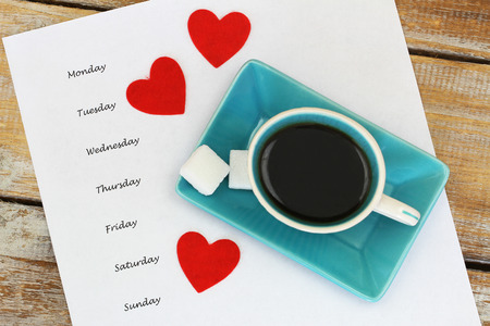 Weekdays written on white paper or cup with coffee with three red hearts Banque d'images - 109911144