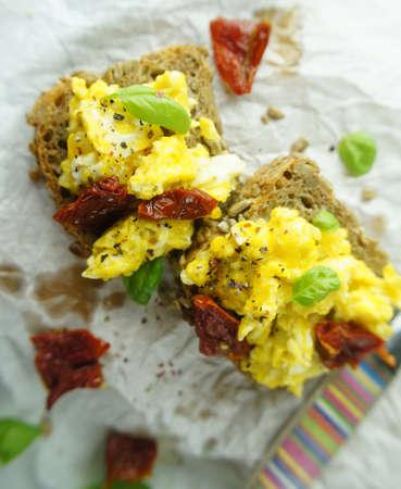 scrambled eggs: huevos revueltos en el pan