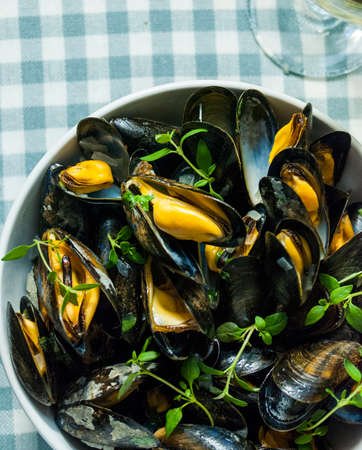 common market: clams with thyme, wine and onions