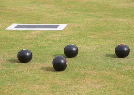 Game of lawn bowls with bowling woods