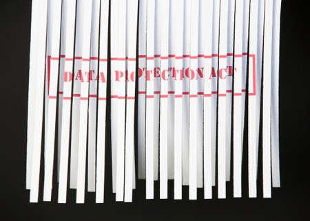 datos personales: Desmenuzado documento con Ley de protecci�n de datos impresas en rojo