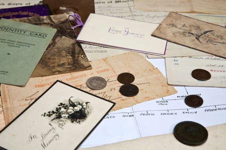 Una colección de la familia de documentos y fotografías que se utilizan para el árbol de la familia de investigación