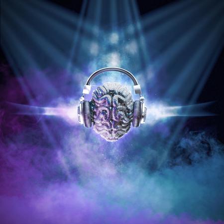 Bola de discoteca cerebro / ilustración 3D del cerebro humano de la bola del espejo con los auriculares en el ambiente del club nocturno ahumado Foto de archivo - 85101605