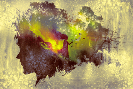 schilderij van blootstelling begrip double met dameportret silhouet en vrouw in het bos