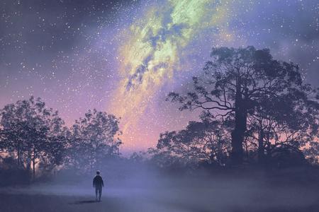man die tegen de Melkweg boven het silhouet van bomen, nachtelijke hemel, landschap illustratie Stockfoto
