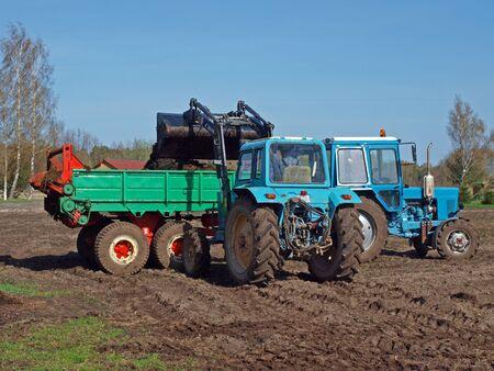front loader: Carga de Cubas por tractor cargador frontal