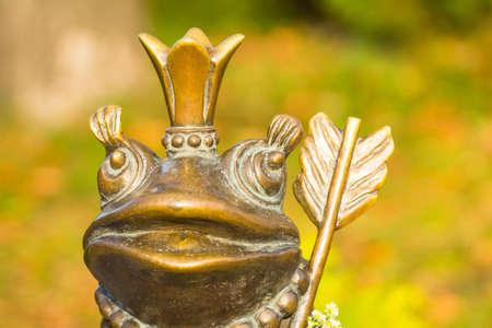 おとぎ話から王女のカエルの像 写真素材 - 108100614