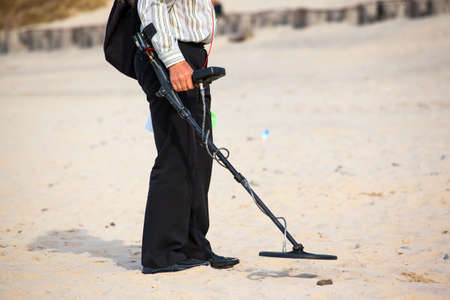 man on the beach with a metal detector Banque d'images