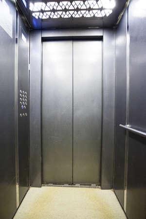 Innenraum eines modernen silbrigen Aufzugs Standard-Bild