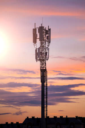 silhouette of telecommunications tower on sky background 免版税图像 - 112000936