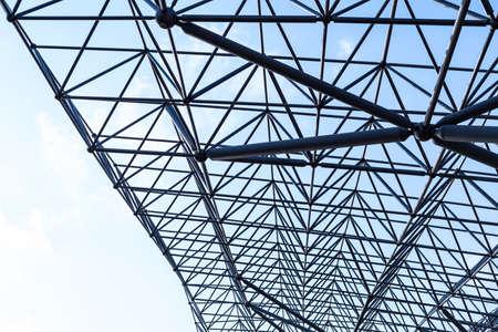 metal frame beams of modern building on sky background 免版税图像