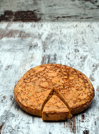 Spanish omelette surrounded by rustic background Banco de Imagens