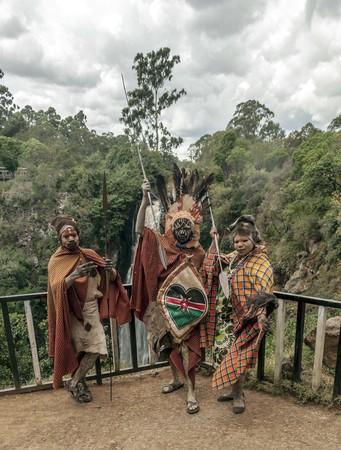 NAKURU, Kenia - Mai 2014: Porträt des kenianischen Kriegers mit traditionell bemaltem Gesicht, Rückblick auf das tägliche Leben der Einheimischen, in der Nähe des Lake Nakuru National Park Reserve