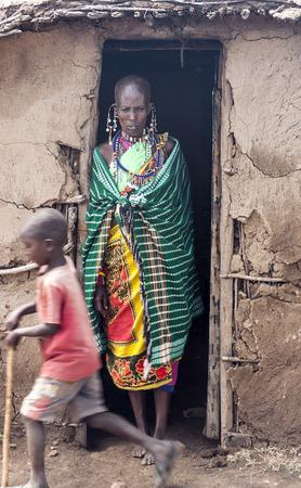 MASAI MARA, KENIA - 14. MAI: Porträt einer afrikanischen Frau des Masai Mara-Stammdorfes, die in die Kamera lächelt, Rückblick auf das tägliche Leben der Einheimischen, in der Nähe des Masai Mara-Nationalparks?