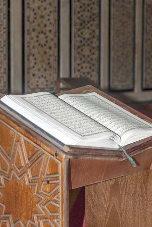 Coran en el interior de la Mezquita del rey Abdallah en Jordania. La mezquita está coronada por una cúpula cubierta con magníficos mosaicos azules y posee una capacidad de hasta 3.000 personas, además posee dos cúpulas más pequeñas y dos minaretes