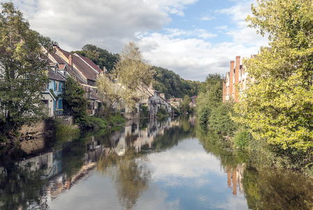 Indre is a department of France located in the Center-Valle de Loire region. Its name is due to the Indre River, which crosses this department. You can see the houses on the banks of the river on a sunny day. Foto de archivo
