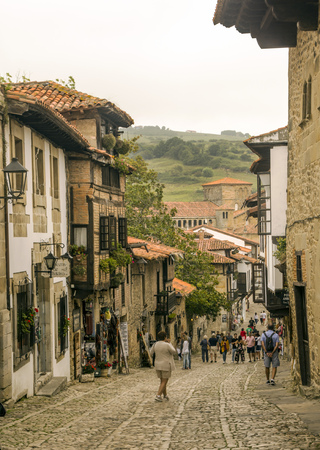 Santillana del Mar, Spagna-settembre 2018. Persone che camminano per le strade del borgo medievale in una giornata nuvolosa.