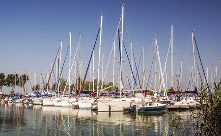 Balatonlelle, Węgry-czerwiec 2019 r. Statek żeglarski w letni dzień nad jeziorem miasta w słoneczny dzień.