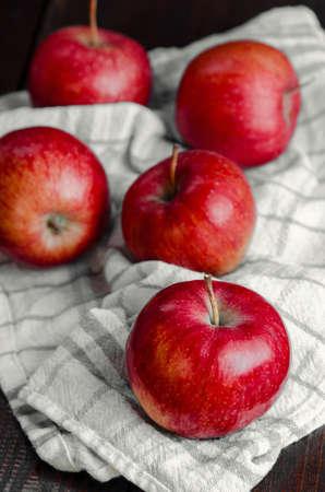 jugosas manzanas rojas sobre una servilleta blanca, la naturaleza muerta, primer