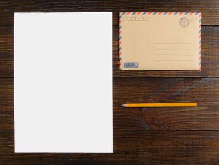 木製のテーブルと鉛筆にモックアップの手紙。 写真素材