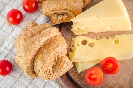 朝食は、クロワッサン、チーズ、トマトの。平面図です。 写真素材