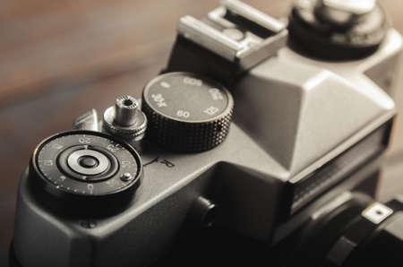 木製のテーブルのビンテージ フィルム カメラ。クローズ アップ。